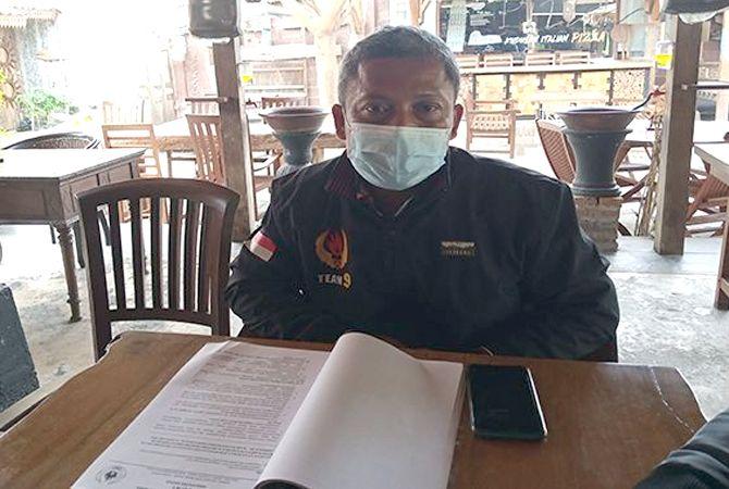 PERKUAT: Ketua Bidang Hukum KONI Kudus periode 2019-2023 Muhammad Nur Hasyim masa kepengurusan Antoni Alfin menunjukan bukti-bukti saat persidangan kemarin.