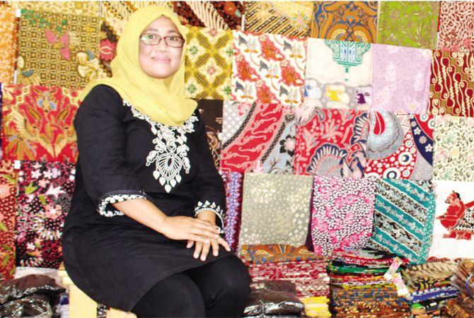 BERANEKA RAGAM: Erna Santoso pemilik San Batik di galerinya Jalan Untung Suropati Purwodadi, Grobogan, belum lama ini.