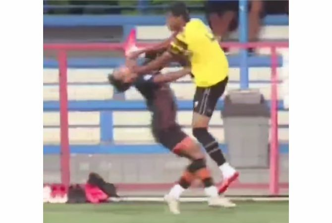 MEMALUKAN: Cuplikan video permainan kasar pemain AHHA PS Pati Syaiful Indra Cahya (kuning) saat uji coba melawan Persiraja.