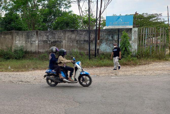 NAMPAK NORMAL: Pengendara melintas di depan PT AHK Pamotan yang diperiksa oleh Bareskrim Polri kemarin (8/9).
