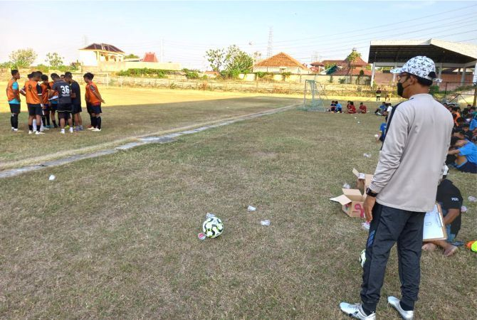 PANTAU SELEKSI: Pelatih PSIR Rembang Hadi Surento memantau proses seleksi pemain yang bakal masuk menjadi pemain inti.