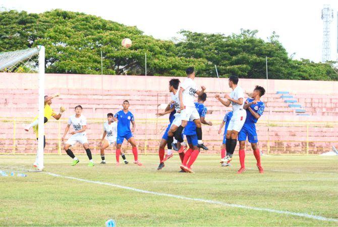 UJI COBA: Pemain laskar Kalinyamat duel udara lawan Laskar Saridin yang berakhir 4-2 untuk kemenangan Pesijap.