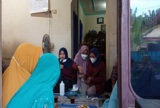 PENYULUHAN: Mahasiswa KKN-IK IAIN Kudus Desa Blimbing Klidul memberi penyuluhan pembuatan hand sanitizer lidah buaya.