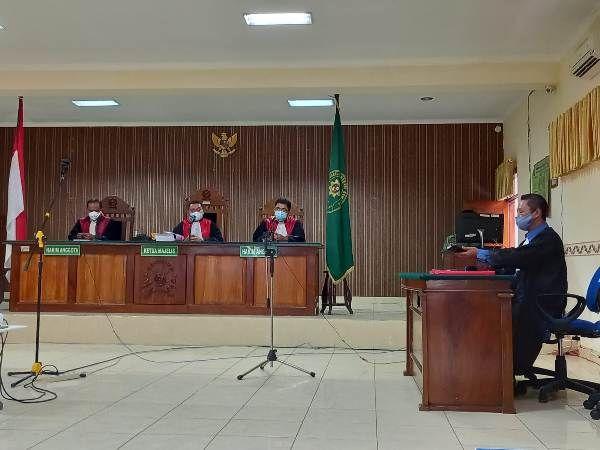 MENUNGGU: Suasana jalannya persidangan kasus pembunuhan keluarga dalang di Turus Gede, Rembang siang ini.