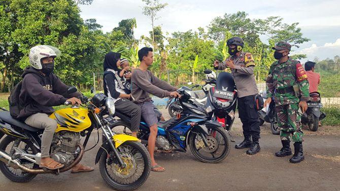CEGAH KERMUNAN: Tim gabungan mengantisipasi kerumunan di Waduk Seloromo, Gembong untuk mencegah persebaran Covid-19.