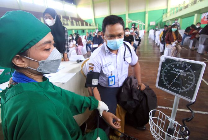 PERCEPATAN VAKSINASI: Seribu orang mengikuti vaksin massal di GOR Wergu Kudus untuk memutus mata rantai penyebaran virus Corona di Kabupaten Kudus kemarin.