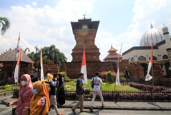EVALUASI KETAT: Tempat wisata religi di kawasan Menara Kudus mulai ramai didatangi wisatawan. Disbudpar lakukan pengawasan ketat terkait prokes.