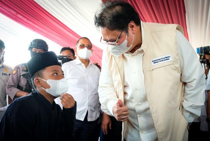 Menko Airlangga dalam kunjungan kerjanya meninjau sentra vaksinasi untuk santri dan masyarakat umum di Kota Pekalongan, Kamis (16/9).