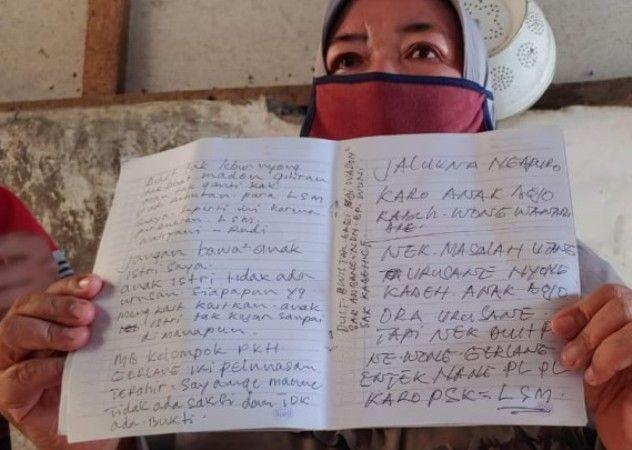 MIRIS: Kepala Desa Wonobodro, Sri Indahsari di dampingi Sekretaris Desa Sutikin, menunjukan surat wasiat korban.