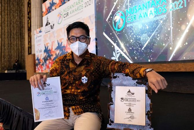MEMBANGGAKAN: Perwakilan manajemen Semen Gresik bersama trofi dan sertifikat penghargaan yang diperoleh Semen Gresik dalam ajang NCSR Award 2021.