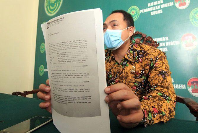 SIAP DISIDANGKAN: Dewantoro, humas II PN Kudus memberikan keterangan terkait gugatan nasabah Moch. Imam Rofi'i kepada Bank Mandiri Kudus kemarin.