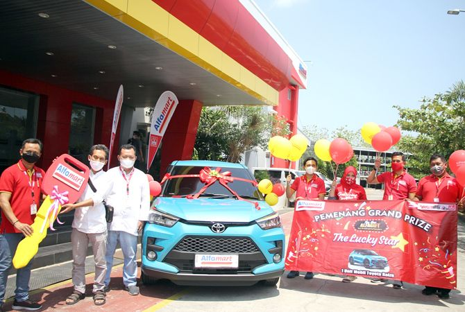 TAK MENYANGKA: Manajemen Alfamart menyerahkan kunci Toyota Raize secara simboli pada Warsono warga Bojonegoro, Jawa timur, yang memenangkan Grand Prize program The Lucky Star.