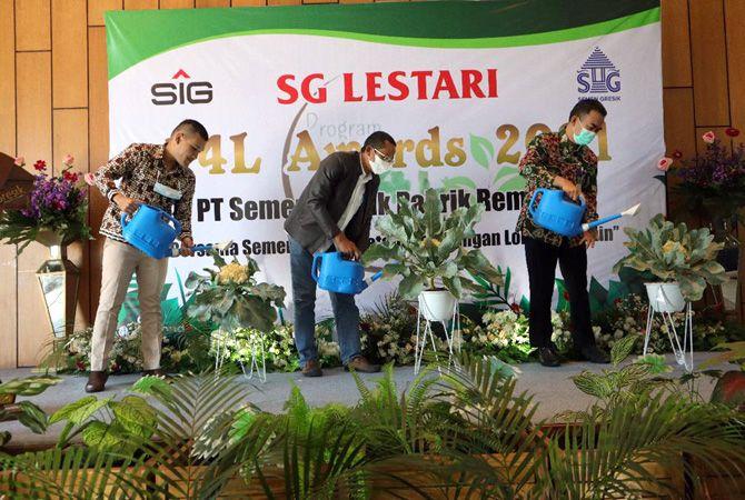 CINTA LINGKUNGAN: Perwakilan SG dan Kepala Dinas Pemberdayaan Masyarakat dan Desa Kabupaten Rembang melakukan penyiraman tanaman Bunga Kol sebagai simbol pembukaan acara P4L Awards Semen Gresik 2021.