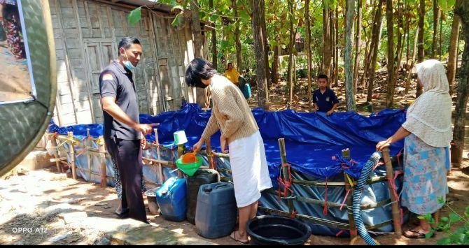 DISUMBANG: Warga Desa Tanjungsari, Pucakwangi terlihat mengisikan bantuan air bersih ke tempat air warga kemarin (10/11).