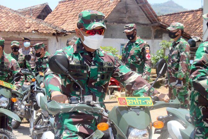 CEK LOKASI: Inspektur Kodam (Irdam) IV/Diponegoro Brigjen TNI Aby Ismawan didampingi Komandan Kodim 0720/Rembang dan forkompimda meninjau TMMD di Trembes, Gunem.