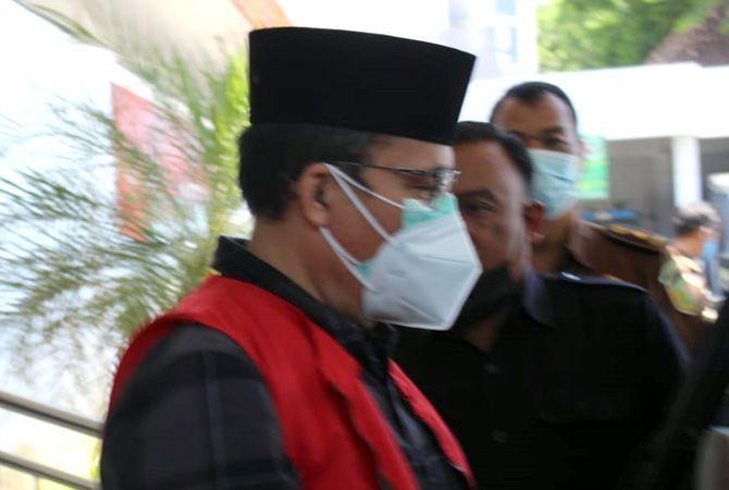 DITAHAN: Sarmidi, kepala Dindagkop dan UMKM Blora, tersangka dugaan jual beli kios pasar Induk Cepu ditahan penyidik Kejari Blora kemarin.
