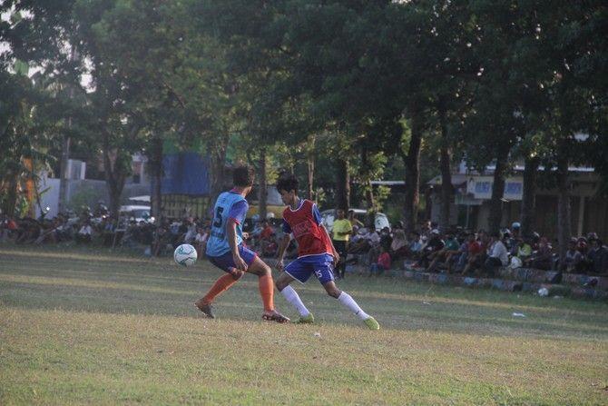 DIADU: Para peserta calon pemain Persiku junior mengikuti seleksi di Lapangan Kongsi, Desa Loram Wetan kemarin sore.