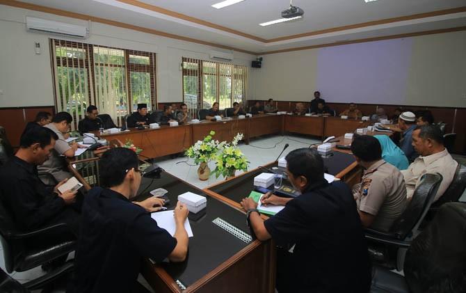 Suasana dialog antara perwakilan Pedagang Pasar Karangmalang dengan Pemdes Sumberbening, DPMD Kabupaten Madiun di gedung DPRD setempat, Kamis (6/7)