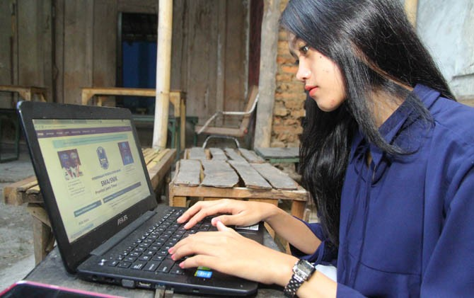 Salah seorang calon peserta didik mendaftar PPDB SMA/SMK negeri online susulan, Senin (10/7)