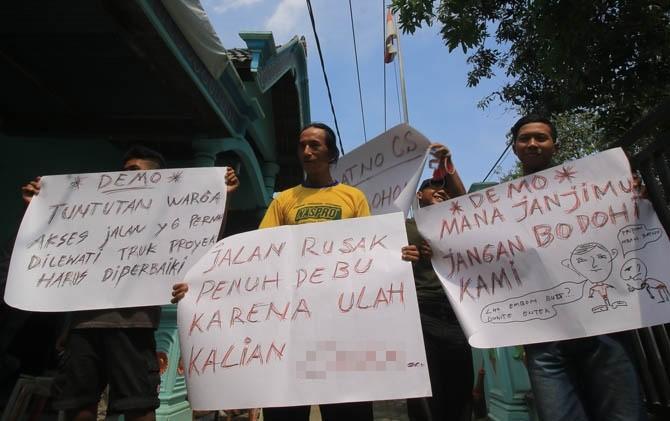 Aksi protes warga Desa Kaligunting Kecamatan Mejayan, Madiun hari Selasa (11/7) lalu