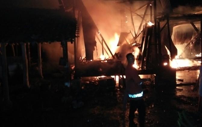 Seorang petugas PMK tengah berupaya memadamkan api yang membakar dapur Ponpes AL Iman Putra, Sukorejo, Ponorogo, Jumat (14/7) dinihari