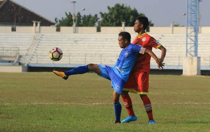 Kapten Madiun Putra Asmar Abu (biru) ditempel ketat pemain Martapura dalam laga yang digelar di Stadion Wilis Sabtu (15/7) lalu