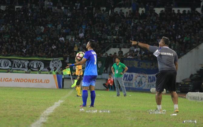 Asisten pelatih madiun Putra memberikan instruksi dalam laga melawan Persebaya di Satdion Wilis, Kamis (20/7) Lalu
