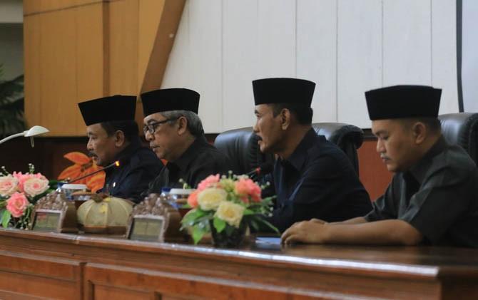 Wabup Iswanto dan Ketua DPRD Kabupaten Madiun dalam sidang paripurna, Rabu (2/8)