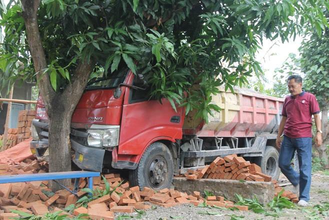 tabrak dump truck