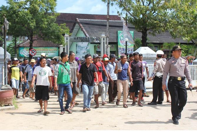MASUK: Para nelayan berdemo di Polres Pacitan menolak penangkapan 10 temannya, Rabu (4/4)