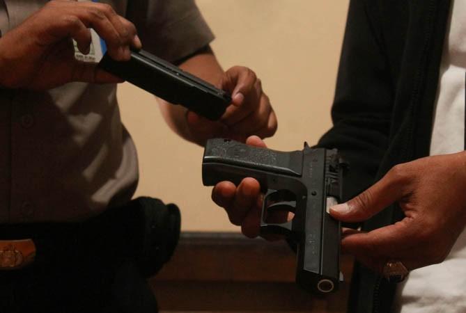 BARANG BUKTI: Airsoft gun KWC Jericho 941 kaliber 4,5 milimeter yang dipakai Edi Setiyono menodong pelayan kafe.
