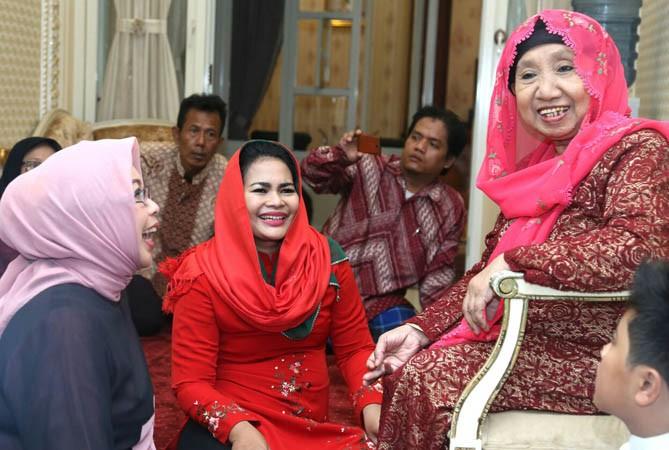 """MERAH ITU BERANI: Cawagub nomor 2 Puti Guntur Soekarno mendapat hadiah kerudung merah dari Ibu Nyai Ainur Rohmah, sesepuh Muslimat NU Kota Surabaya. """"Merah itu berani. Tidak takut,"""" tegas Nyai Ainur. Momen itu disaksikan Ny Fatma Saifullah Yusuf, istri ca"""
