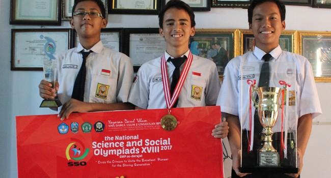 BERPRESTASI: Dari kiri, Akmal, Daniel, dan Putra menunjukkan pialadan medaliyang diperoleh sebagai juaraSSO XVIII 2017 diSMPN 2 Bangkalan,Selasa (22/8).