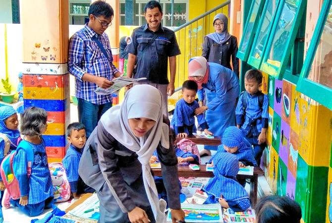 TINJAU LANGSUNG: Kepala JPRM Biro Sampang Hendriyanto (berkacamata) mendatangi TK Al-Muawanah di Jalan Pemuda, Kelurahan Rongtengah, Sampang, Selasa (31/10).