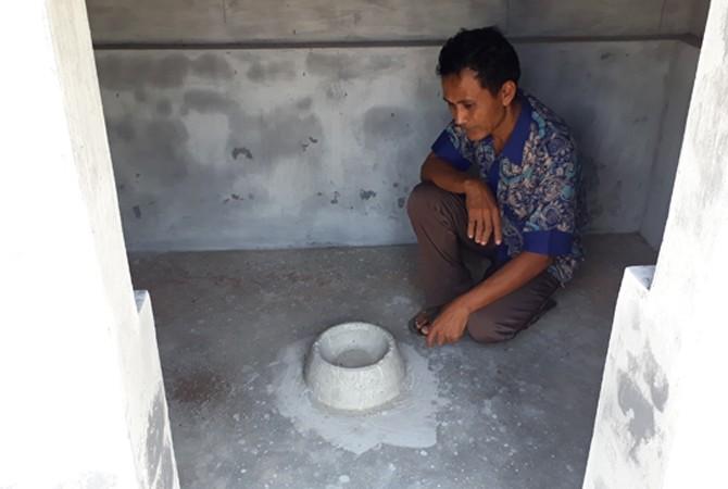 BERSEJARAH:Slamet Riyadi selaku juru kunci Pababaran Raden Trunojoyo menunjukkan lokasi penguburan ari-ari di Kampung Babaran, Jalan Pahlawan, Kelurahan Rongtengah, Sampang,Kamis (9/11).