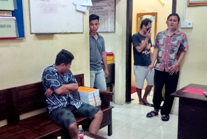 BUDAK NARKOBA: Tersangka (duduk) diamankan polisi di ruang Satresnarkoba Polres Sampang kemarin.