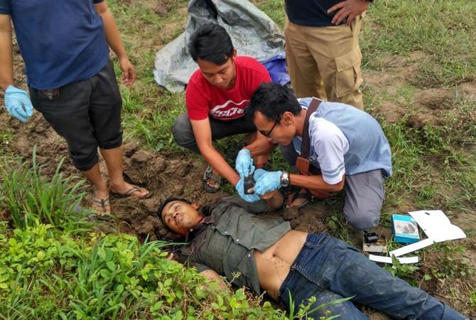 TRAGIS: Petugas mengidentifikasi jenazah Mr X di Desa Pangolangan, Kecamatan Burneh, Bangkalan.
