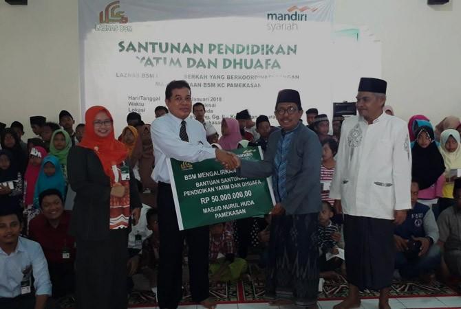 PEDULI: BSM Pamekasn menyantuni seratus anak yatim di Masjid Nurul Huda, Pamekasan, Kamis (4/1).