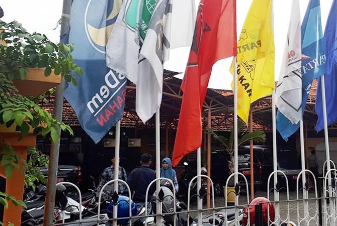 WARNA-WARNI: Bendera partai politik berkibar di depan kantor KPU Pamekasan.