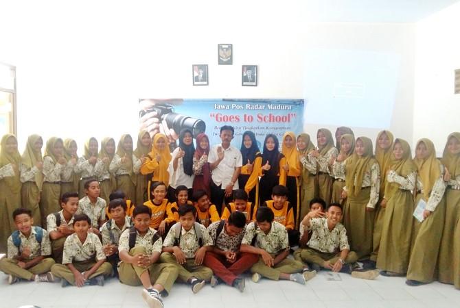 KOMPAK: Puluhan siswa SMPN 6 Bangkalan foto bersama usai mengikuti pelatihan jurnalistik kemarin.