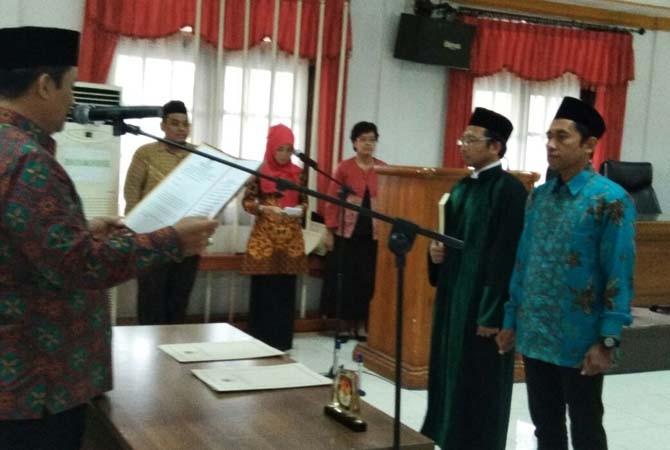KEKUATAN BARU: KPU Jatim melantik Faidi Jauhari sebagai komisioner KPU Sampang menggantikan Abdul Azis Agus Priyanto di Surabaya Rabu (14/3).
