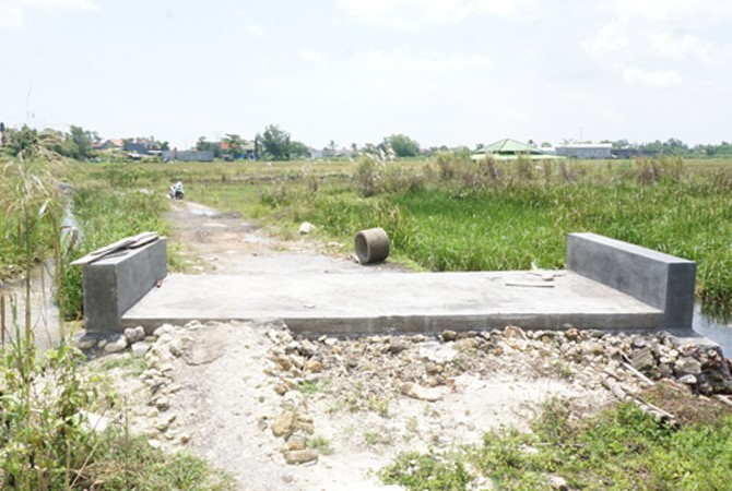 BELUM PASTI: Jembatan penghubung menuju lokasi Perumahan Hijau Daun di Jalan Halim Perdanakusuma, Bangkalan, diperbaiki.