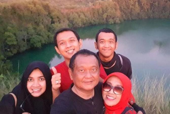HARMONIS: Ketua TP PKK Sampang Anna Eko Prapti bersama suami dan tiga buah hatinya.