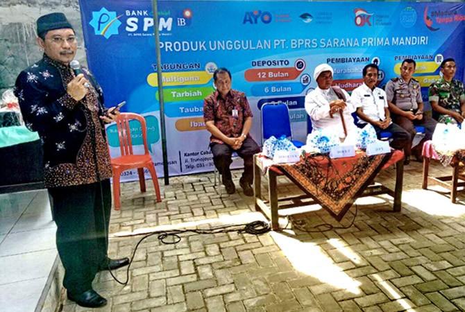 SEMANGAT: Direktur Utama Bank Syariah SPM Slamet Riyanto (pegang mik) memberikan sambutan disaksikan Direktur Bank Syariah SPM H. Surahman, Pengasuh PP Ummul Quro KH Lailurrahman Lc, dan Muspika Larangan Rabu (25/4).
