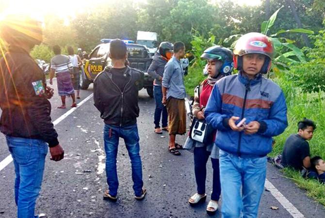 Naik Motor Bonceng Tiga, Remaja Tabrak Mobil TNI
