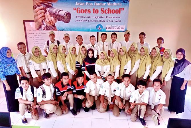 BERPENDIDIKAN: Wakil Kepala SMKN 1 Arosbaya Bidang Kesiswaan Hestin Sula Ikhtiarini, M.Hum. foto bersama guru dan siswa setelah diklat jurnalistik di sekolahnya Rabu (2/5).