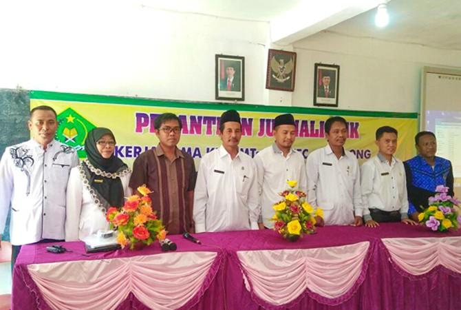 BERSEMANGAT: Kasipendma (empat kiri) dan ketua KKM MTS dan MA Camplong (dua kanan), kepala JPRM Biro Sampang (tiga dari kiri) foto bersama sebelum pelatihan jurnalistik dimulai Selasa (22/5).