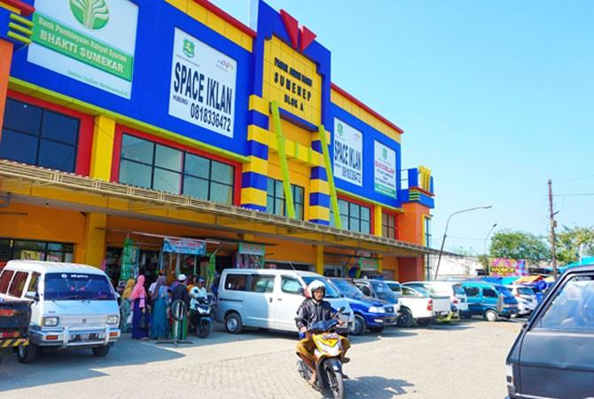 MEGAH: Warga berada di depan Pasar Anom Baru, Blok A, Jalan Trunojoyo, Sumenep, Rabu (30/5).