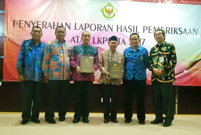 MEMBANGGAKAN: Ketua DPRD Sumenep Herman Dali Kusuma (tiga dari kiri) dan Bupati Sumenep A. Busyro Karim berfoto bersama menunjukkan LHP BPK RI di Sidoarjo Kamis (31/5).