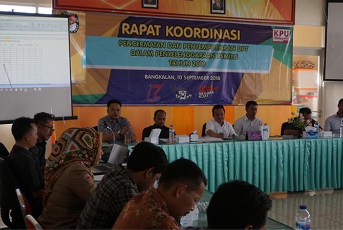 SERIUS: KPU, bawaslu, parpol, dan PPK se-Bangkalan saat melakukan rapat koordinasi pencermatan dan penyempurnaan DPT, Senin (10/9).